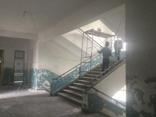 办公楼楼道粉刷,办公室修缮及路灯安装工作正在积极实施之中.